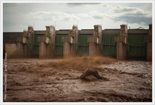ta10011 CIDADES . Governador Valadares , MG Barragem de dejetos da empresa Samarco rompe e inundou de lama , Governador Valadares . Em Governador Valadares, Minas Gerais . Estima-se que a lama que rompeu a barragem de dejetos da Samarco, em Mariana, invadiu mais de 60 quilômetros. Há mortos e desabrigados. A lama proveniente da barragem chegou ontem, 8, em Governador Valadares , a aproximadamente 350 km de Mariana. As autoridades já interromperam o abastecimento de água vinda do Rio Doce, afetado pela lama. FOTO: LINCON ZARBIETTI / O TEMPO / 09.11.2015