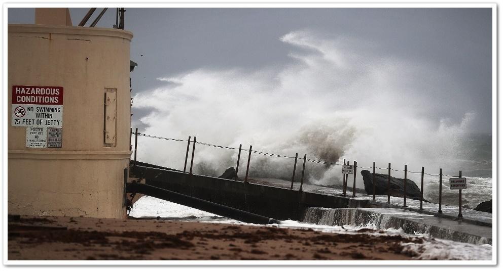 6out2016-ondas-atingem-a-ilha-singer-na-costa-atlantica-de-palm-beach-na-florida-horas-antes-do-previsto-para-a-chegada-do-furacao-matthew-aos-eua-1475801600261_956x500